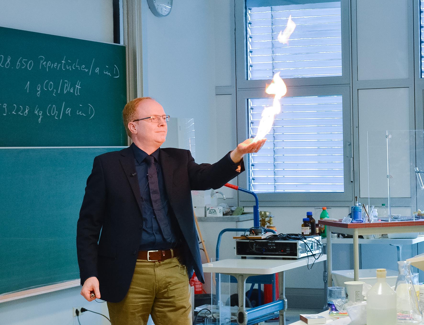 Weihnachtsvorlesung Prof. Grüning hält Flamme hoch