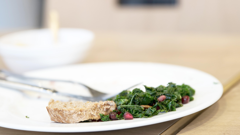 Lebensmittelreste auf Tellern in der Gastronomie
