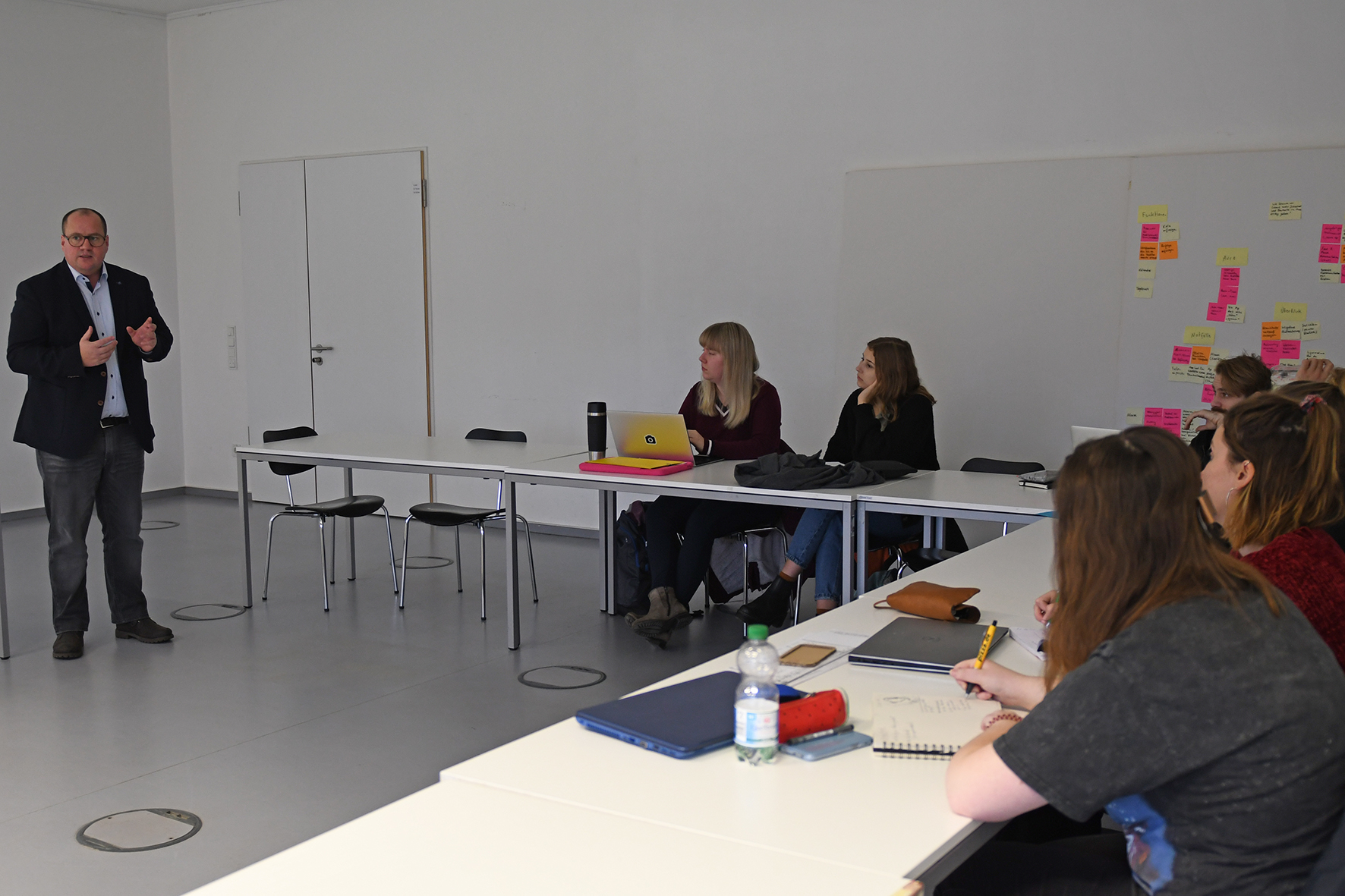 Prof. Dr. Björn Sellemann im Seminar der Designstudierenden