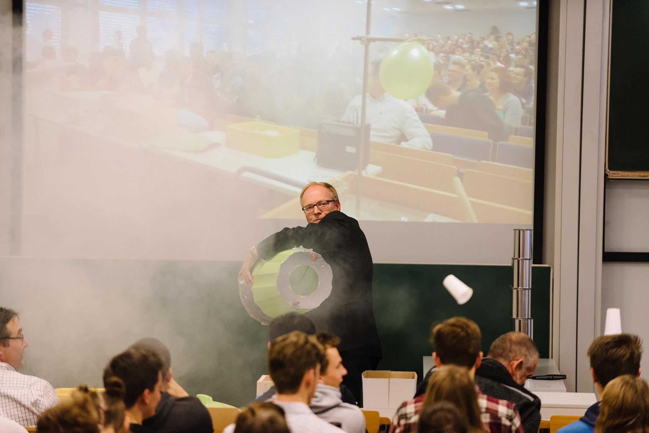 Prof. Dr. Helmut Grüning mit seiner Wirbelkanone
