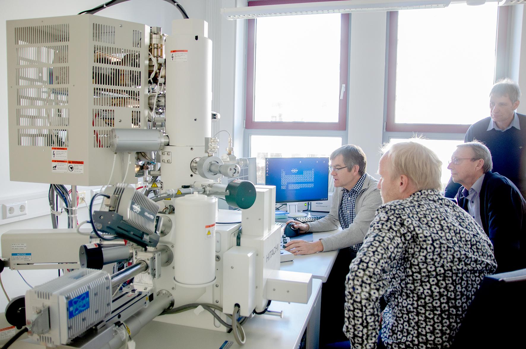 Gruppe am Mikroskop