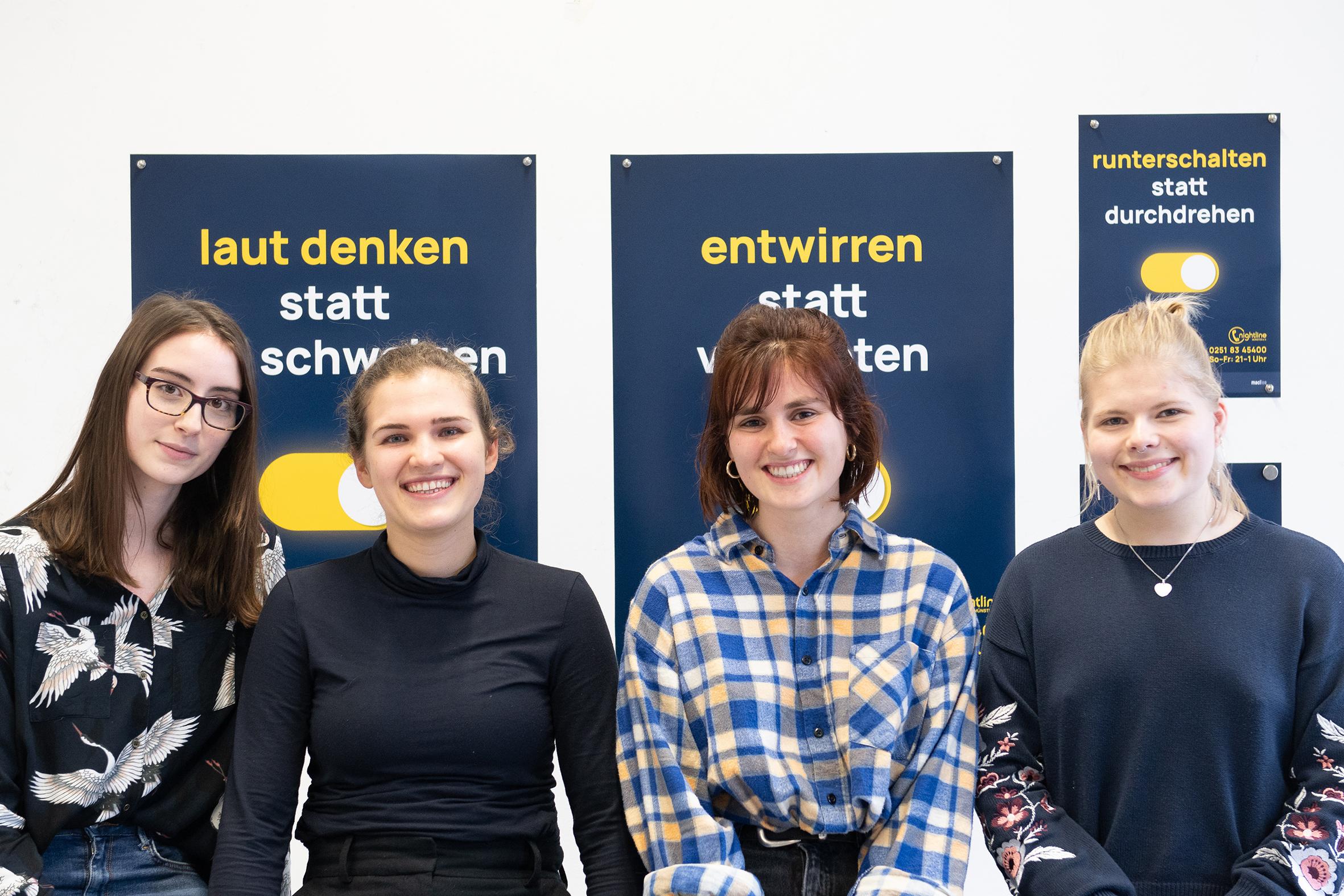 Siegerteam vor Plakatkampagne