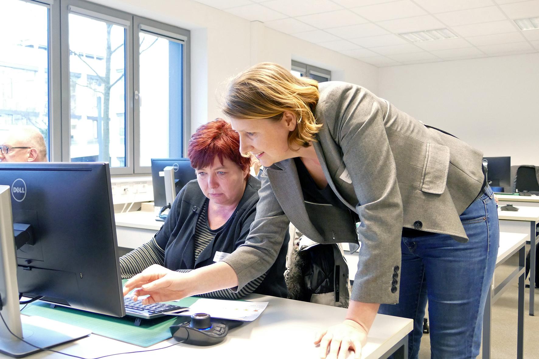 Dr. Kathrin Ungru und Kursteilnehmerin am Computer