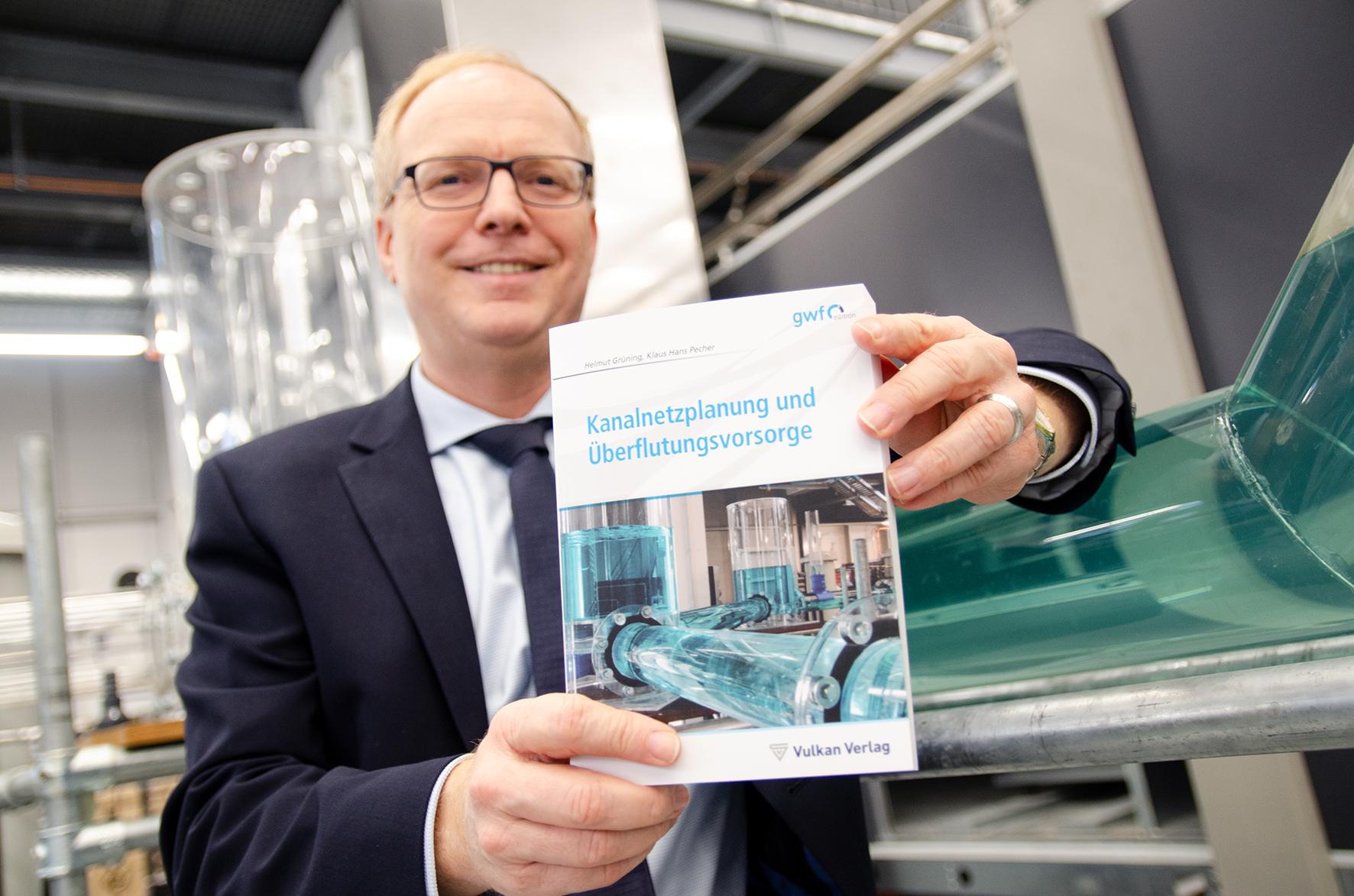 Prof. Dr. Helmut Grüning mit seinem Buch