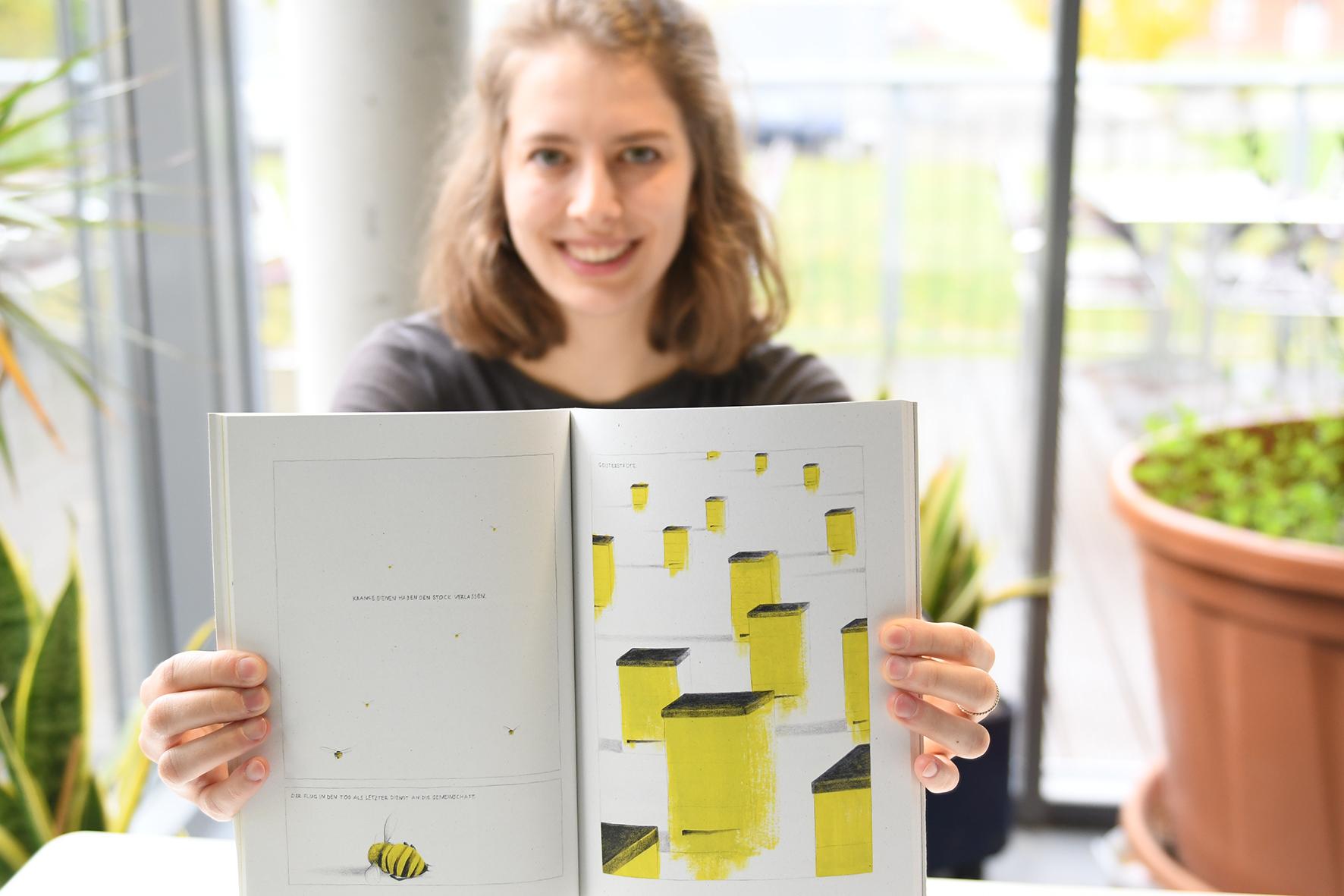 """Hanna Harms zeigt eine Doppelseite aus ihrem Buch """"Milch ohne Honig"""""""
