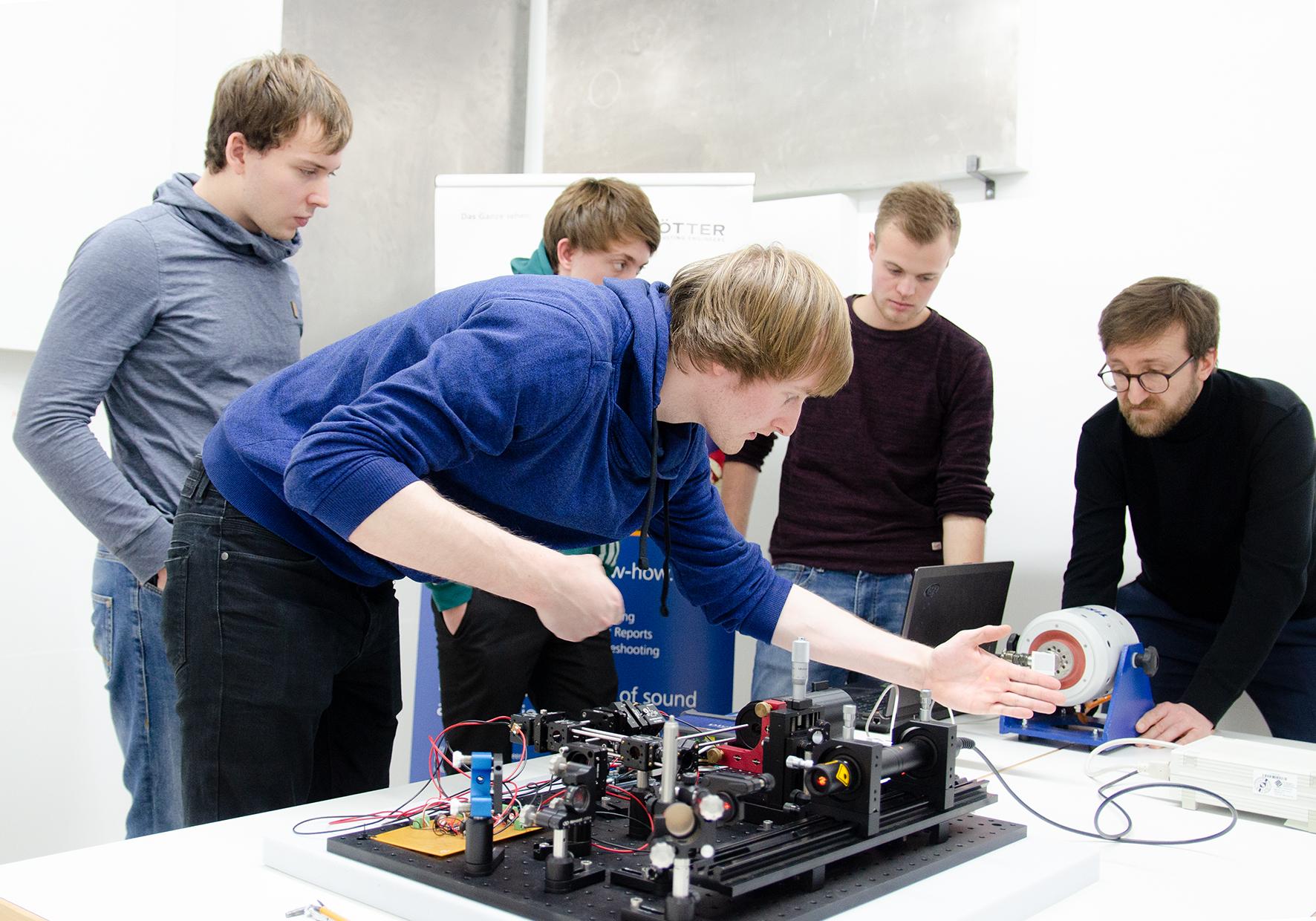 Gruppe arbeitet am Laser-Vibrometer