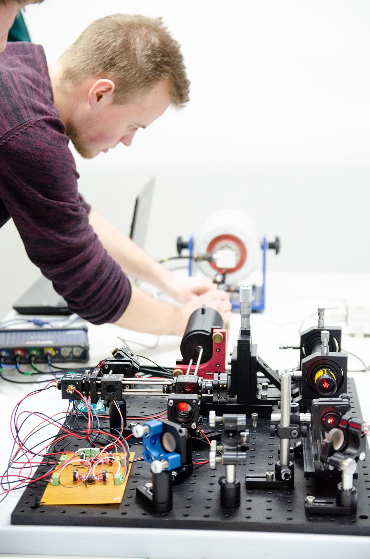 Student arbeitet am Laser-Vibrometer