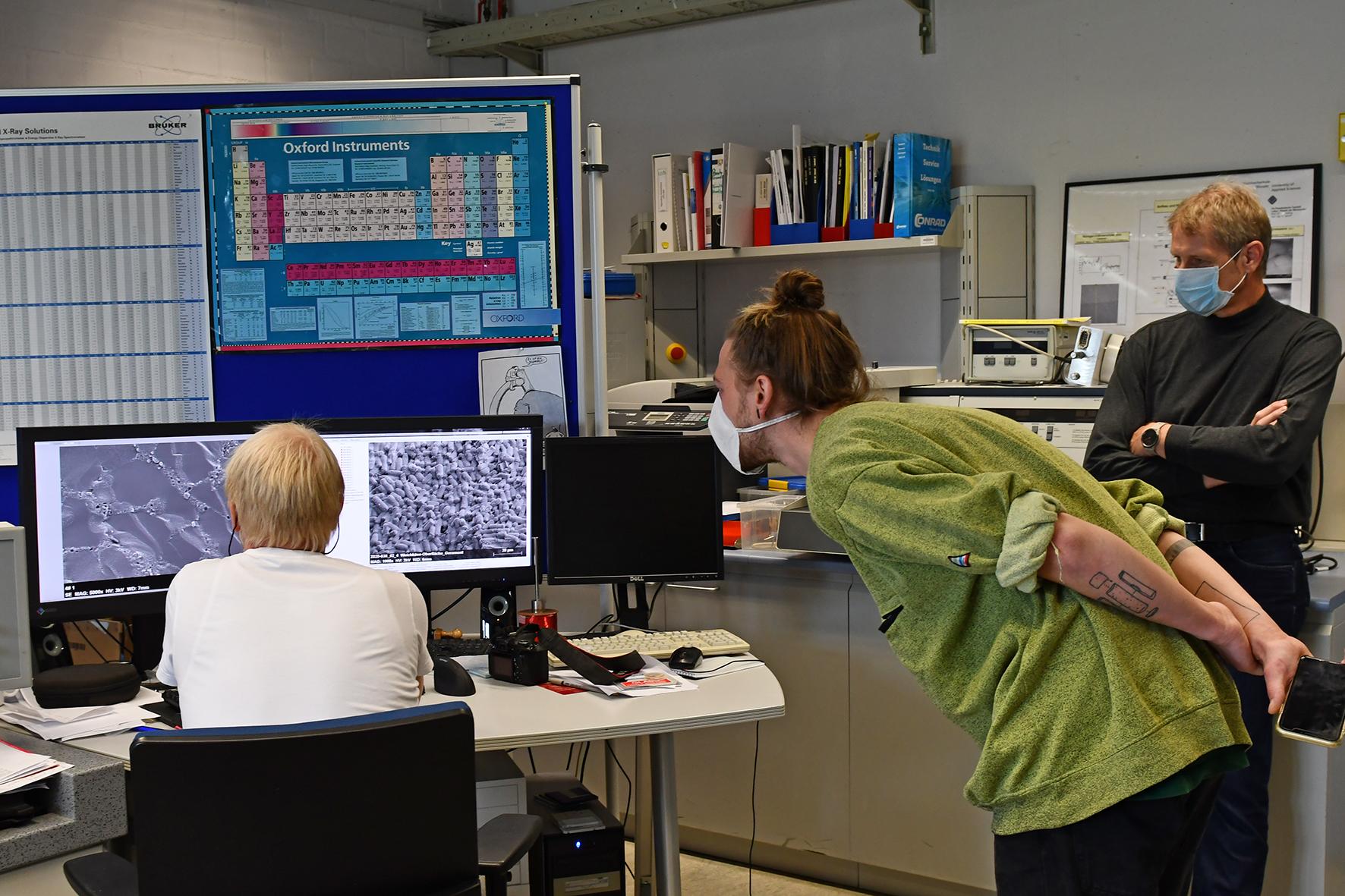 Holger Uphoff, Jonas Berger und Prof. Dr. Hans-Christoph Mertins vor den Forschungsergebnissen