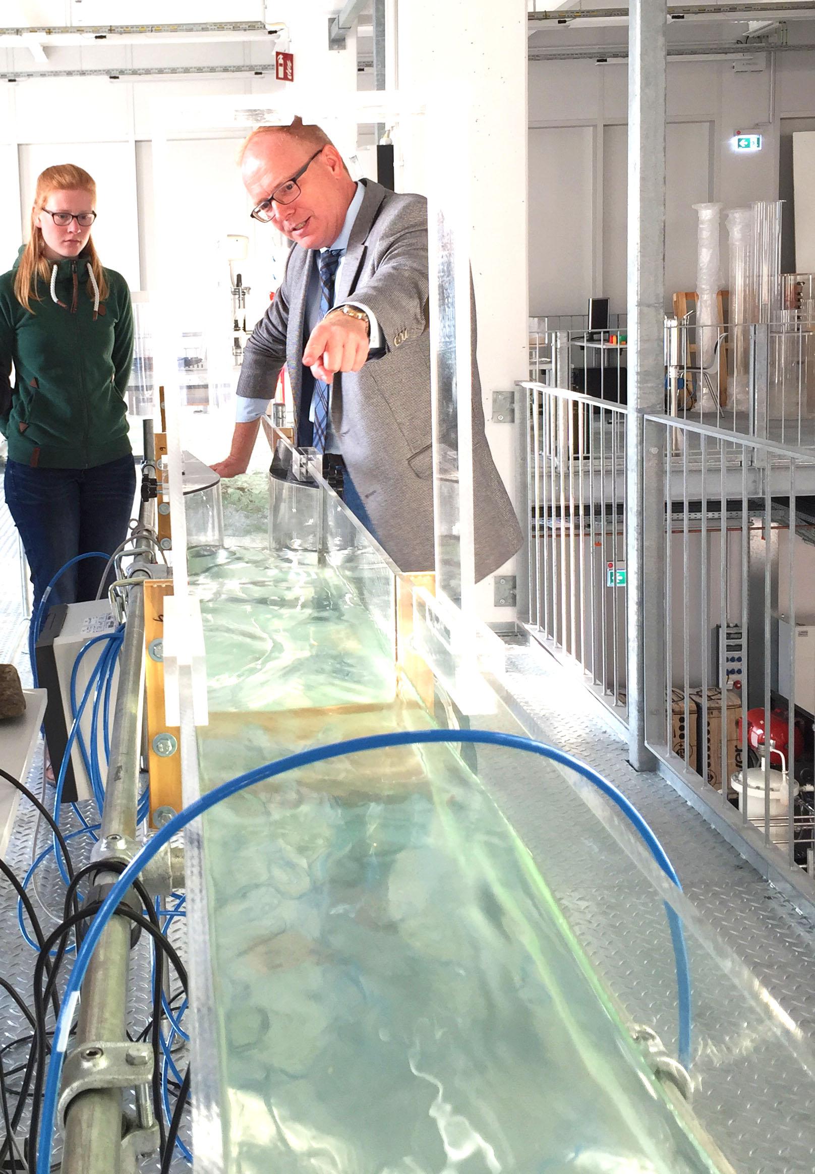Kann Abwasser als Frühwarnsystem für die Erkennung von Coronaviren dienen? Prof. Grüning klärt auf. (FH Münster/Rena Ronge)