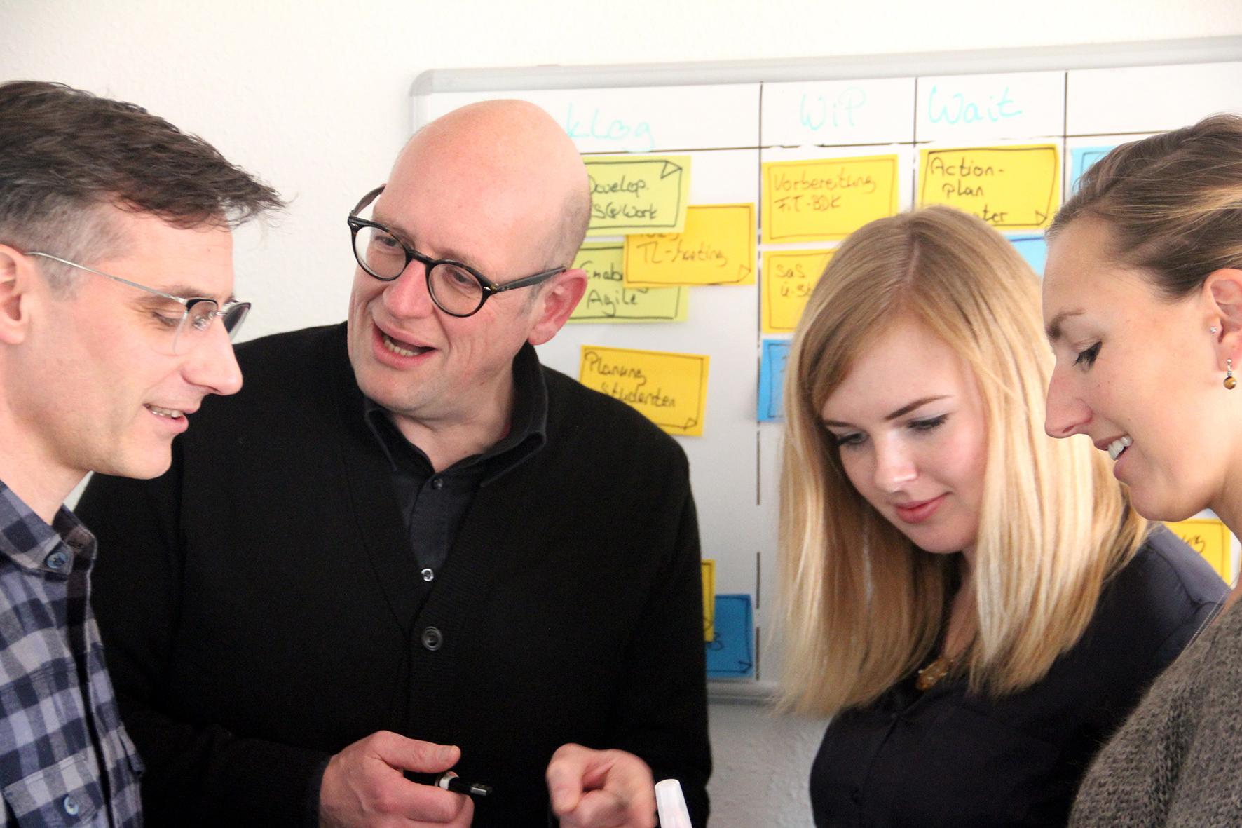Kai Braunert im Gespräch mit Unternehmensteam