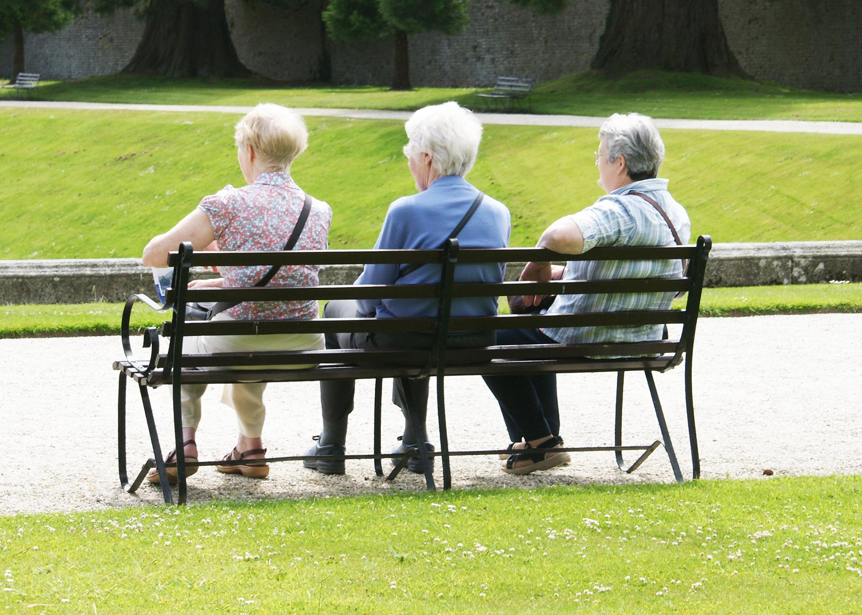 Drei ältere Frauen auf der Parkbank