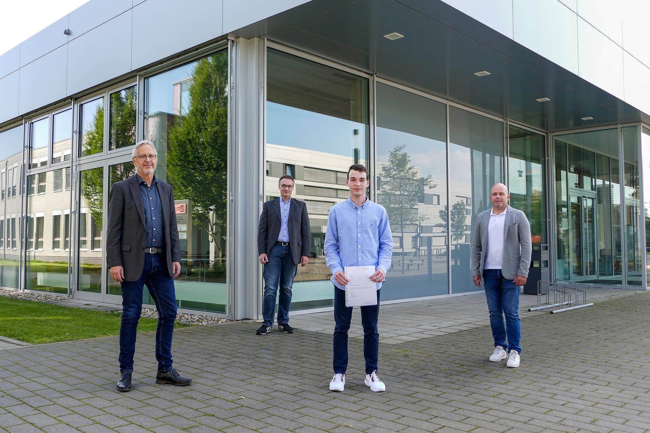 Prof. Effinger, Prof. te Vrugt, Johannes Frank und Oliver Glaser stehen auf dem Steinfurter Campus vor dem S-Gebäude.