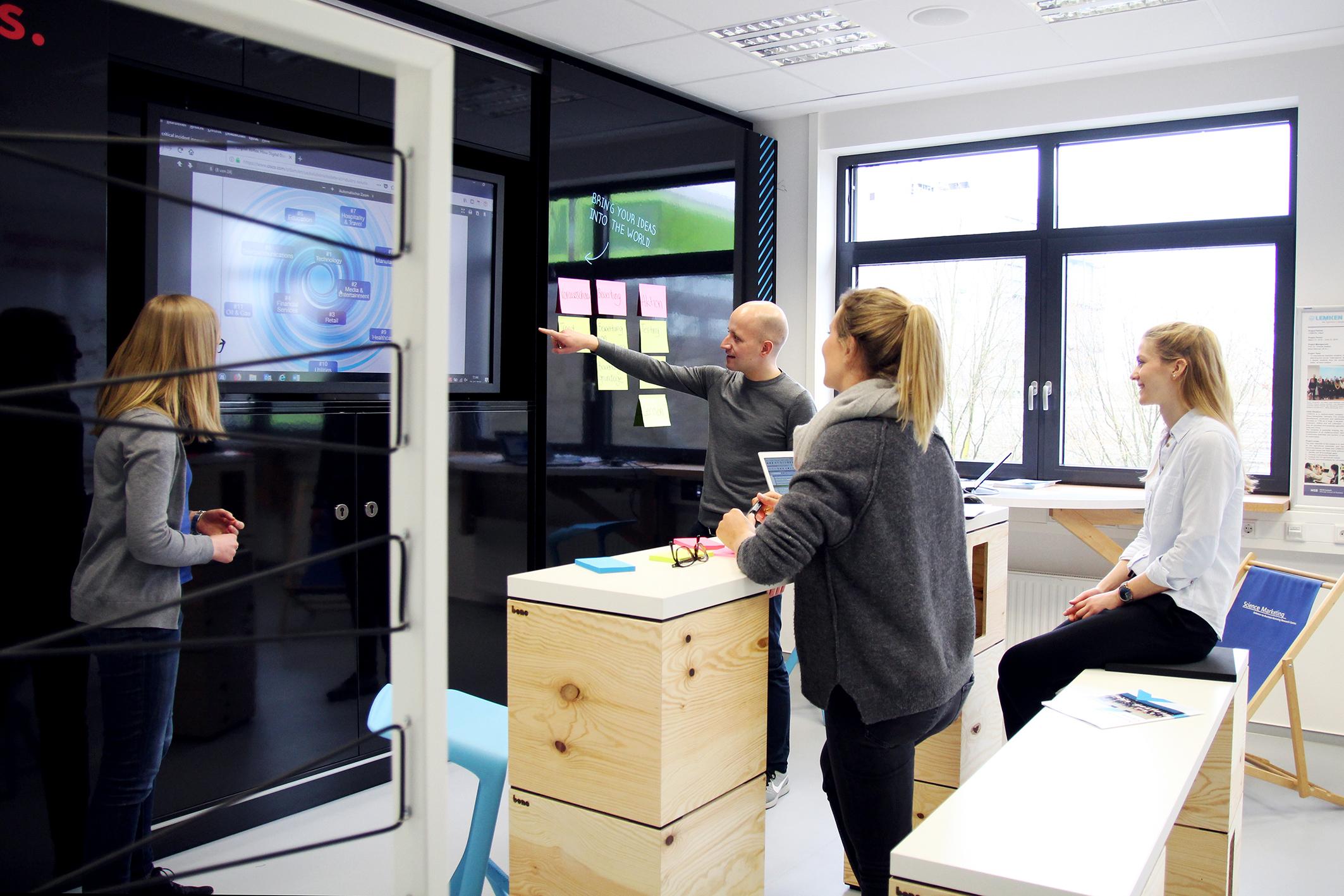 Studierende arbeiten in einem Raum.